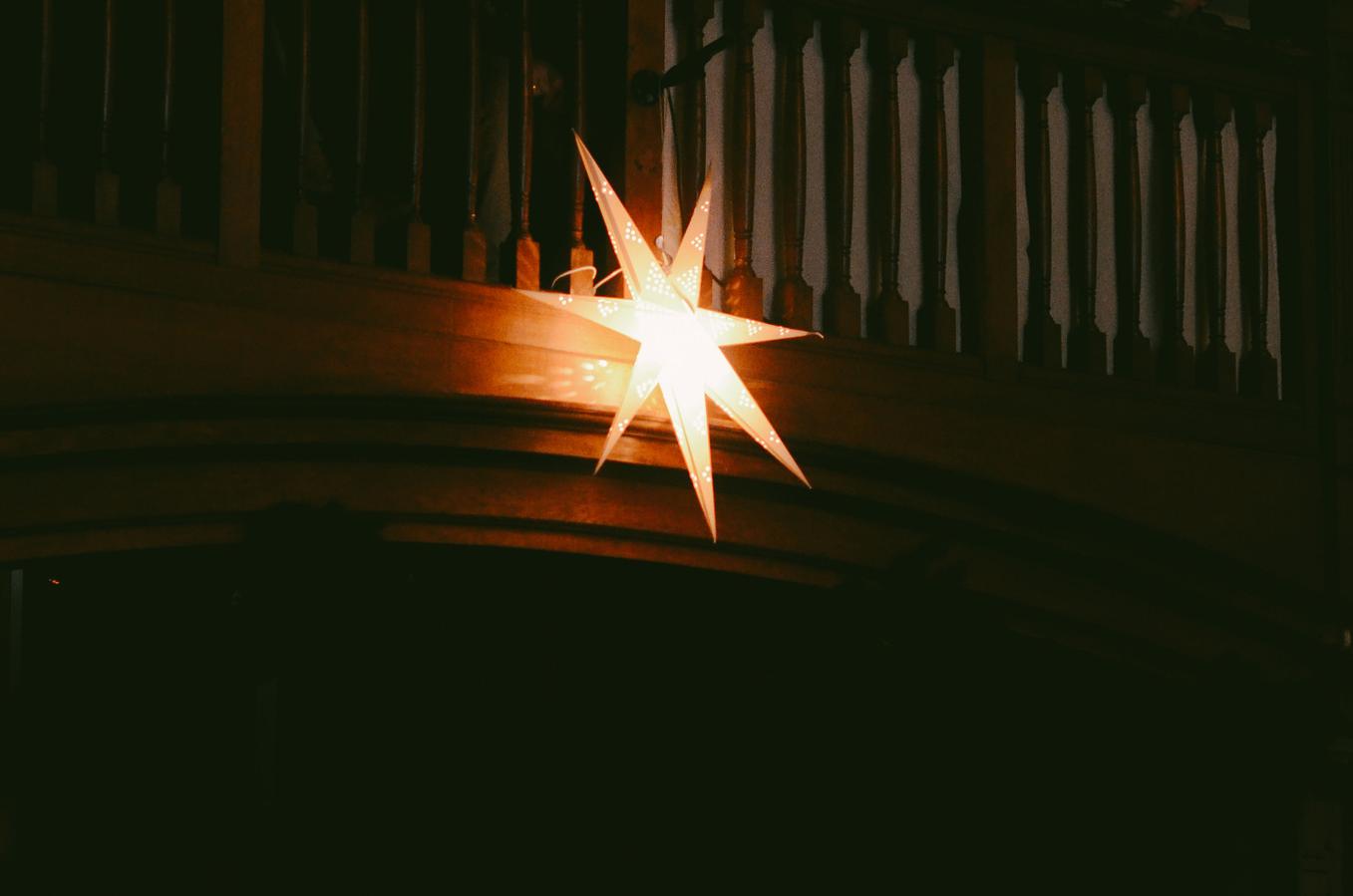 Welke kinderen doen mee met het kerstkoor op kerstavond?